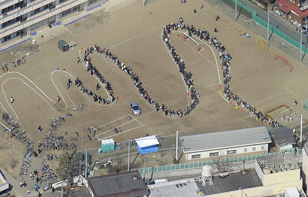 http://terriat.hypotheses.org/files/2011/03/japon-Z7-Sendai-City-File-d-attente-Eau-Ecole20mars20113.jpg